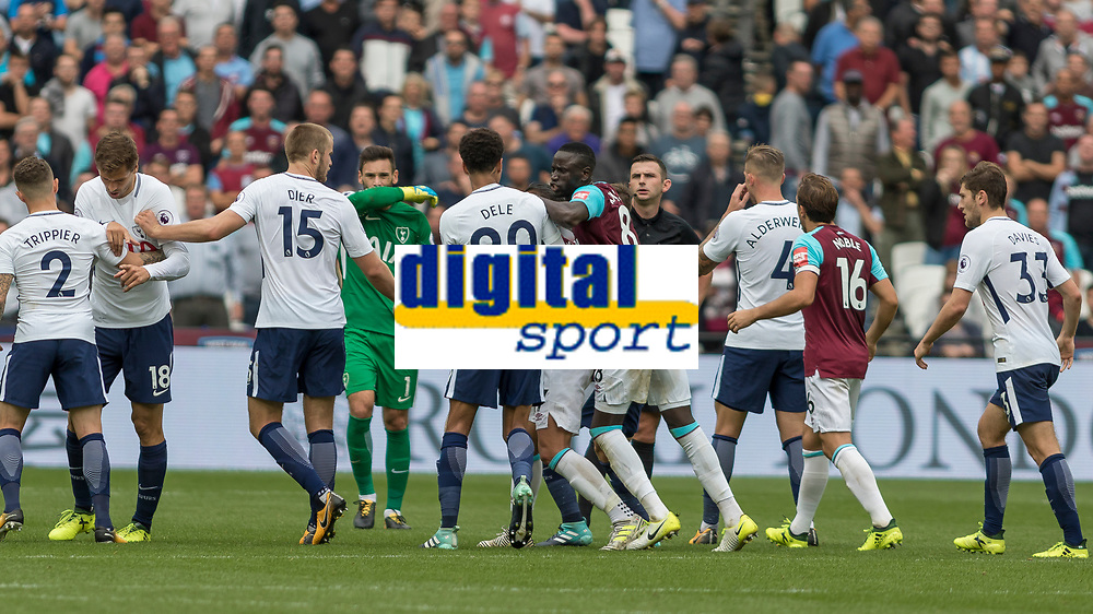 Football - 2017 / 2018 Premier League - West Ham United vs Tottenham Hotspur<br /> <br /> Tempers flare towards the end of the game as both teams let their frustartions boil over at the London Stadium<br /> <br /> COLORSPORT/DANIEL BEARHAM