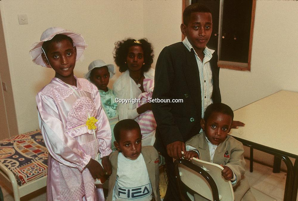 """Family Wacou; new immigrants Ethiopia, """"Falashmuras"""": Christians converted to Judaism  givaat amatos, Jerusalem  Israel     /// arrivee de nouveau amigrants  """"Falashmuras"""" d'Etiopie, famille wacou   givaat amatos, Jerusalem  Israel Chretiens  du Gundar en cours de conversion au judaisme descendant de la tribu de Dan  /// R00287/    L004347  /  P0007188"""