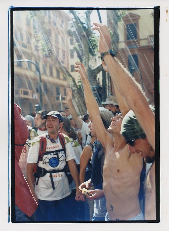 Proteste contro il summit del G8, Genova luglio 2001. Corteo di sabato 21 luglio.  Solidarietà dei cittadini genovesi: acqua dai balconi per rinfrescare i manifestanti.