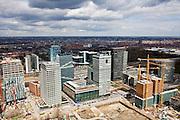 Nederland, Amsterdam, Zuid-as, 16-04-2000; zicht op het (nieuwe) financiele centrum van Amsterdam; rechts hoofdkantoor ABN-AMRO, links hiervan - middenplan- het complex Mahler 4; rechts in aanbouw Amsterdam Symphony (onderdeel Gershwin project); in de achtergrond, aan de andere kant van de A10 en het Station Zuid-WTC (herkenbaar aan gele intercitytrein),  het World Trade Centre; .luchtfoto (toeslag); aerial photo (additional fee required); .foto Siebe Swart / photo Siebe Swart