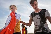 Christien Veelenturf wordt gesteund door trainer Josh Salet. Ze rijdt op de zesde recorddag haar snelste tijd, het is niet genoeg voor het vrouwenrecord. Het Human Power Team Delft en Amsterdam (HPT), dat bestaat uit studenten van de TU Delft en de VU Amsterdam, is in Amerika om te proberen het record snelfietsen te verbreken. Momenteel zijn zij recordhouder, in 2013 reed Sebastiaan Bowier 133,78 km/h in de VeloX3. In Battle Mountain (Nevada) wordt ieder jaar de World Human Powered Speed Challenge gehouden. Tijdens deze wedstrijd wordt geprobeerd zo hard mogelijk te fietsen op pure menskracht. Ze halen snelheden tot 133 km/h. De deelnemers bestaan zowel uit teams van universiteiten als uit hobbyisten. Met de gestroomlijnde fietsen willen ze laten zien wat mogelijk is met menskracht. De speciale ligfietsen kunnen gezien worden als de Formule 1 van het fietsen. De kennis die wordt opgedaan wordt ook gebruikt om duurzaam vervoer verder te ontwikkelen.<br /> <br /> Christien Veelenturf is supported by trainer Josh Salet. She rides her fastest time on the sixth day of the WHPSC. The Human Power Team Delft and Amsterdam, a team by students of the TU Delft and the VU Amsterdam, is in America to set a new  world record speed cycling. In 2013 the team broke the record, Sebastiaan Bowier rode 133,78 km/h (83,13 mph) with the VeloX3. In Battle Mountain (Nevada) each year the World Human Powered Speed Challenge is held. During this race they try to ride on pure manpower as hard as possible. Speeds up to 133 km/h are reached. The participants consist of both teams from universities and from hobbyists. With the sleek bikes they want to show what is possible with human power. The special recumbent bicycles can be seen as the Formula 1 of the bicycle. The knowledge gained is also used to develop sustainable transport.