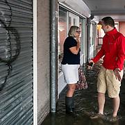 Foto: David Rozing Nederland Barendrecht 29 mei 2018 Wateroverlast door enorme hoosbuien clusterbui clusterbuien hoosbui. Beheerders winkel welke is ondergelopen bekijken de schade waterschade aan het pand. Code Oranje
