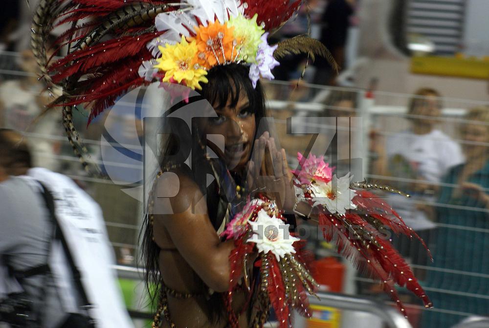 SÃO PAULO, SP, 12 DE JANEIRO DE 2010 - CARNAVAL 2010 SP / LEANDRO DE ITAQUERA - Desfile das escolas de samba de São Paulo do grupo especial, a segunda escola entrar na avenida é a Leandro  de Itaquera que traz no enredo Sob um Manto de Amor e Paz, Sou Leandro de Itaquera Desfilando o Vermelho e Branco no Meu Carnaval. No Sambódromo do Anhembi na região norte da capital paulista. (FOTO: WILLIAM VOLCOV / BRAZIL PHOTO PRESS