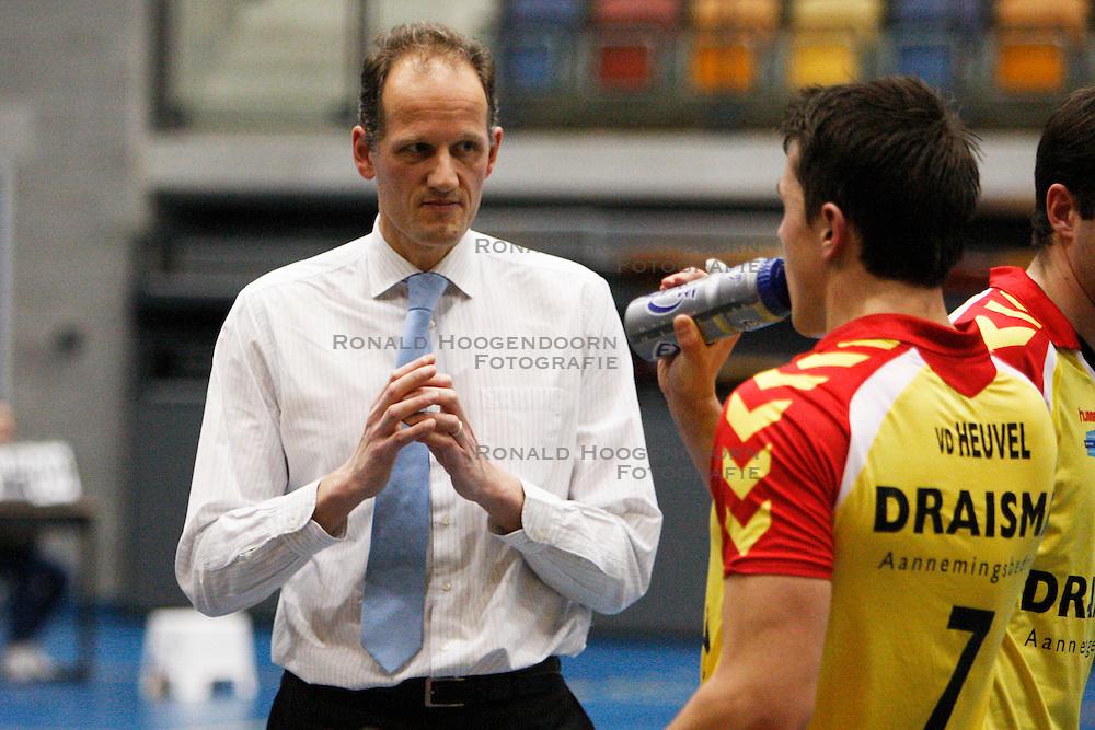 07-01-2012 VOLLEYBAL: A LEAGUE DRAISMA DYNAMO - NETWERK STV : APELDOORN <br /> Redbad Strikwerda coach van Draisma Dynamo  <br /> &copy;2011-FotoHoogendoorn.nl / Pim Waslander