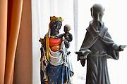 Nederland, Gennep, 3-5-2013 Mariabeeld met Jezus in de kamer van een voormalige missionaris in Afrika. De maria, madonna, en het kindje Jezus zijn donker, bruin, zwart.Foto: Flip Franssen