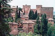 Spanje, Granada, 29-5-2007Het Alhambra, Rode Paleis, is een middeleeuws paleis en fort van de Moorse heersers van het Koninkrijk Granada in Andalusië (Zuid-Spanje). Het bevindt zich op een heuvelachtig plateau aan de zuidoostelijke grens van de stad Granada.Het uitgebreide complex werd na de verovering van het Koninkrijk Granada in 1492 door de Reyes Católicos als een zeer belangrijke buit gezien. Hun kleinzoon Karel V wilde als vergelding van het Beleg van Wenen Granada met het Alhambra de hoofdstad van het Habsburgse Rijk maken en liet daarvoor midden in het Alhambra beginnen met de aanleg van een paleis, waarvoor een deel van het Alhambra werd afgebroken.Foto: Flip Franssen/Hollandse Hoogte