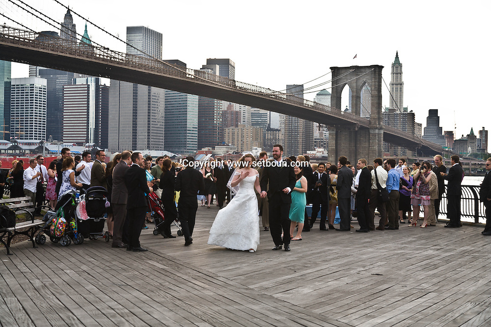 New York. brooklyn. wedding in Fulton ferry park and promenade, Brooklyn bridge and  Manhattan skyline  . downtown  Manhattan skyline at dusk  New York - United states  /  mariage dans  , le Fulton ferry park et promenade. le pont de Brooklyn downtown Manhattan skyline  New York . le soir  New York - Etats-unis