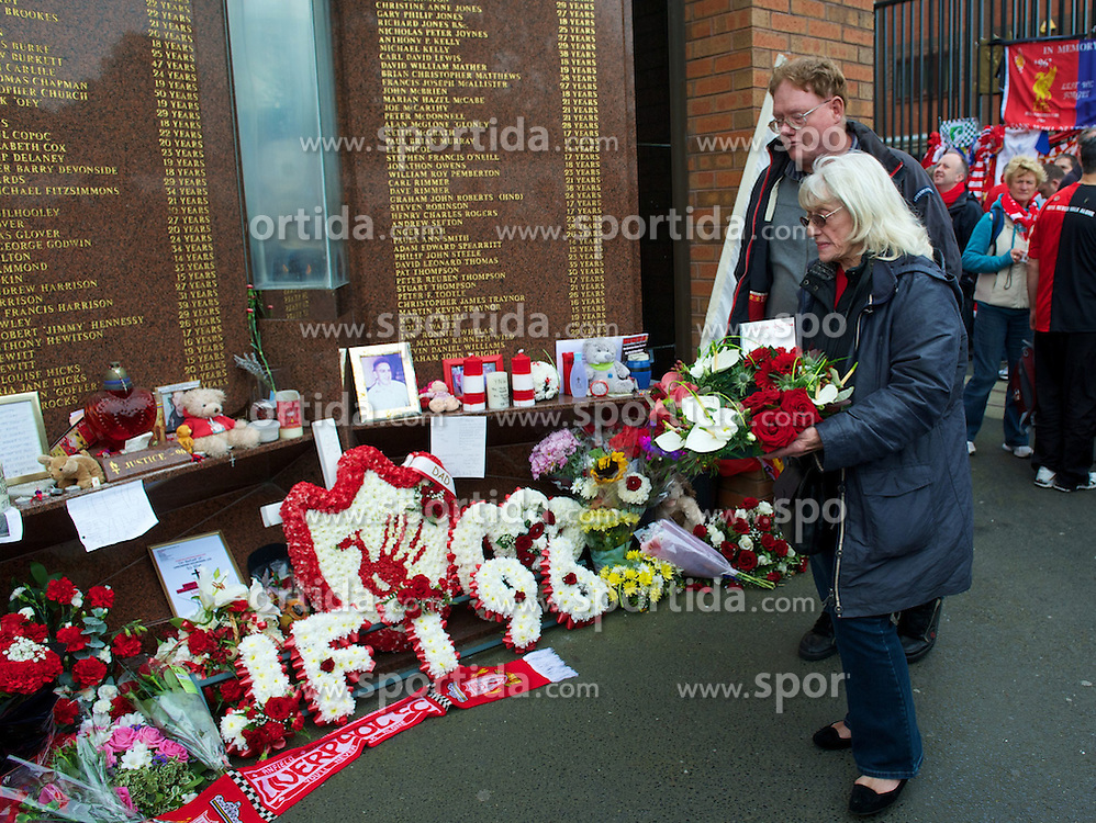 23.09.2012, Anfield, Liverpool, ENG, Premier League, FC Liverpool vs Manchester United, 5. Runde, im Bild A grieving relative lays a floral tribute at Liverpool FC's Hillsborough memorial before The release of the Hillsborough Independent Panel's report shed light on one of the biggest cover-up's in British history which sought to deflect blame from the Police onto the Liverpool supporters during the English Premier League 5th round match between Liverpool FC and Manchester United at Anfield, Liverpool, Great Britain on 2012/09/23. EXPA Pictures © 2012, PhotoCredit: EXPA/ Propagandaphoto/ David Rawcliff..***** ATTENTION - OUT OF ENG, GBR, UK *****