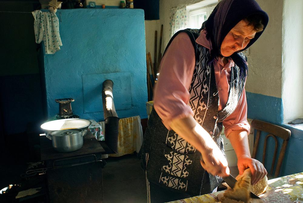 Doukhobors produce themselves most of what they eat.....Les Doukhobors produisent la plupart des produits qu'ils consomment.