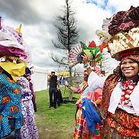Nederland, Amsterdam , 21 juli 2012..Het jaarlijkse multiculturele festival Kwakoe Amsterdam is vandaag zaterdag weer begonnen in het Bijlmerpark. Het evenement wordt zes weekeinden achter elkaar gehouden.De organisatie ging dit jaar gepaard met veel geruzie meldt AT5..Stadsdeel Zuidoost besloot de vergunning voor het eerst aan de Stichting Zomerfestival Amsterdam Zuidoost te verlenen en niet langer aan Kwakoe Events. Die laatste lag de afgelopen jaren in de clinch met het stadsdeel..Het Kwaku Zomer Festival in het Bijlmerpark begint zaterdag 21 juli en duurt vijf weekenden..Bezoekers van het Kwaku Festival kunnen weer elk weekend volop genieten van muziek, dans en lekker eten..Klik hier voor Kwaku Streetfood Court.Zoals bekend zijn er tijdens het Kwakoe Zomer Festival vele activiteiten. Naast het voetballen kan men genieten van muziek, theater, literatuur, kunst, lezingen etc...Foto:Jean-Pierre Jans