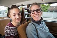 Volvo-ägaren Carla Shetzline, 49 år, tillsammans med sin dotter Vivienne Gaied, 12 år. De sitter i Volvon. <br /> Portland, Oregon, USA<br /> Foto: Christina Sjögren