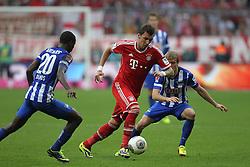 26.10.2013, Allianz Arena, Muenchen, GER, 1. FBL, FC Bayern Muenchen vs Hertha BSC Berlin, 10. Runde, im Bild l-r: im Zweikampf, Aktion, mit Ramos VASQUEZ #20 (Hertha BSC), Mario MANDZUKIC #9 (FC Bayern Muenchen), Per Ciljan SKJELBRED #13 (Hertha BSC) // during the German Bundesliga 10th round match between FC Bayern Munich and Hertha BSC Berlin at the Allianz Arena in Muenchen, Germany on 2013/10/26. EXPA Pictures © 2013, PhotoCredit: EXPA/ Eibner-Pressefoto/ Kolbert<br /> <br /> *****ATTENTION - OUT of GER*****