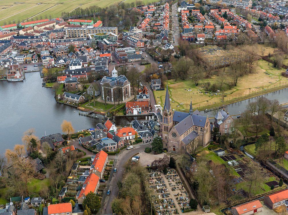 Nederland, Noord-Holland, Gemeente Ouder-Amstel, 20-02-2012; Ouderkerk aan de Amstel, centrum van het dorp, links de Amstel en de Nederlands Hervormde Kerk, rechts water van de Bullewijk en Beth Haim, Portugees-Israelitische begraafplaats. Kerk in de voorgrond St. Urbanuskerk..Ouderkerk aan de Amstel, center of the village, left the Amstel and Beth Haim, Portuguese-Israelite cemetery (bottom)..luchtfoto (toeslag), aerial photo (additional fee required);.copyright foto/photo Siebe Swart.