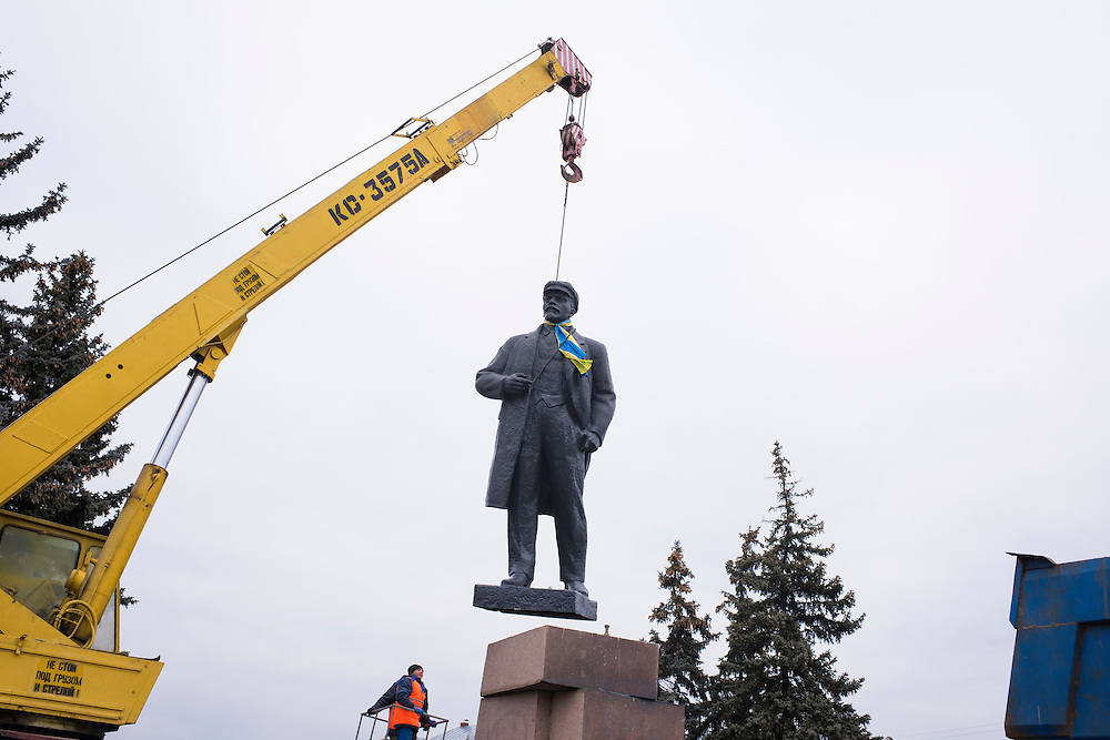 Une statue de Vladimir L&eacute;nine est d&eacute;boulonn&eacute;e de son socle sur la place centrale, sur ordre du maire Michel Terestchenko, 7 decembre 2015. Les symboles du communisme, toujours largement pr&eacute;sent dans les Etats ex-sovi&eacute;tiques, doivent &ecirc;tre enlev&eacute;s en Ukraine apr&egrave;s la loi de d&eacute;communisation vot&eacute;e par le Parlement au printemps 2015. <br />