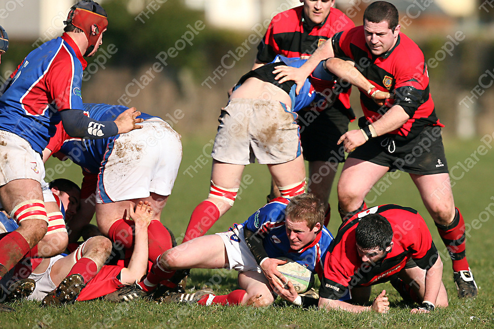 Ul Bohemians 9 and Ennis' 6 scramble for possession during their game in Ennis on Sunday.<br /> Photograph by Yvonne Vaughan