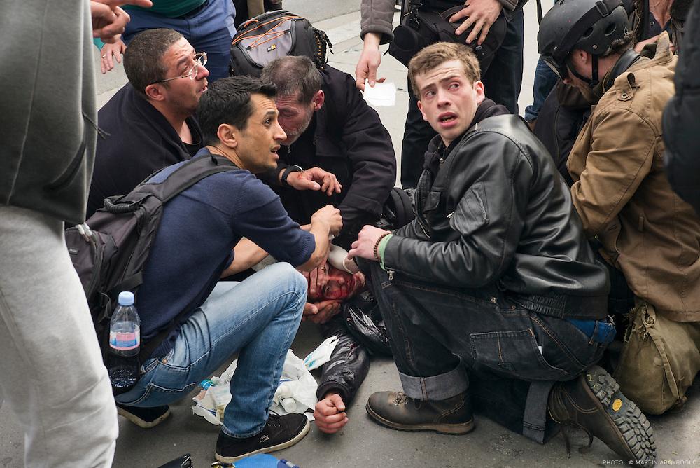 Manifestation contre la loi travail El Khomri - Paris, 26 mai 2016. Un homme est blessé grièvement après avoir reçu un éclat de grenade de désencerclement à la tempe.