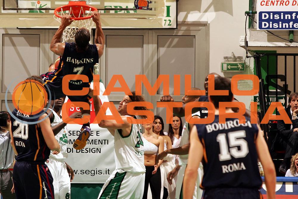DESCRIZIONE : Siena Lega A1 2005-06 Play Off Quarti Finale Gara 1 Montepaschi Siena Lottomatica Virtus Roma <br /> GIOCATORE : Hawkins <br /> SQUADRA : Lottomatica Virtus Roma <br /> EVENTO : Campionato Lega A1 2005-2006 Play Off Quarti Finale Gara 1 <br /> GARA : Montepaschi Siena Lottomatica Virtus Roma <br /> DATA : 17/05/2006 <br /> CATEGORIA : Schiacciata <br /> SPORT : Pallacanestro <br /> AUTORE : Agenzia Ciamillo-Castoria/P.Lazzeroni