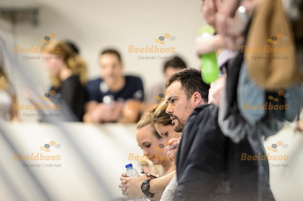 11-03-2018: Waterpolo: Mannen De Zijl v AZC: Den Haag<br /> <br /> (L-R) Coach Nemanja Stevanovic van AZC Moscow kijkt toe vanaf de tribune tijdens KNZB bekerfinale tussen heren AZC Moscow en De Zijl Zwemsport in het Hofbad in Den Haag<br /> <br /> KNZB beker heren - Seizoen 2017 / 2018<br /> <br /> Foto: Gertjan Kooij