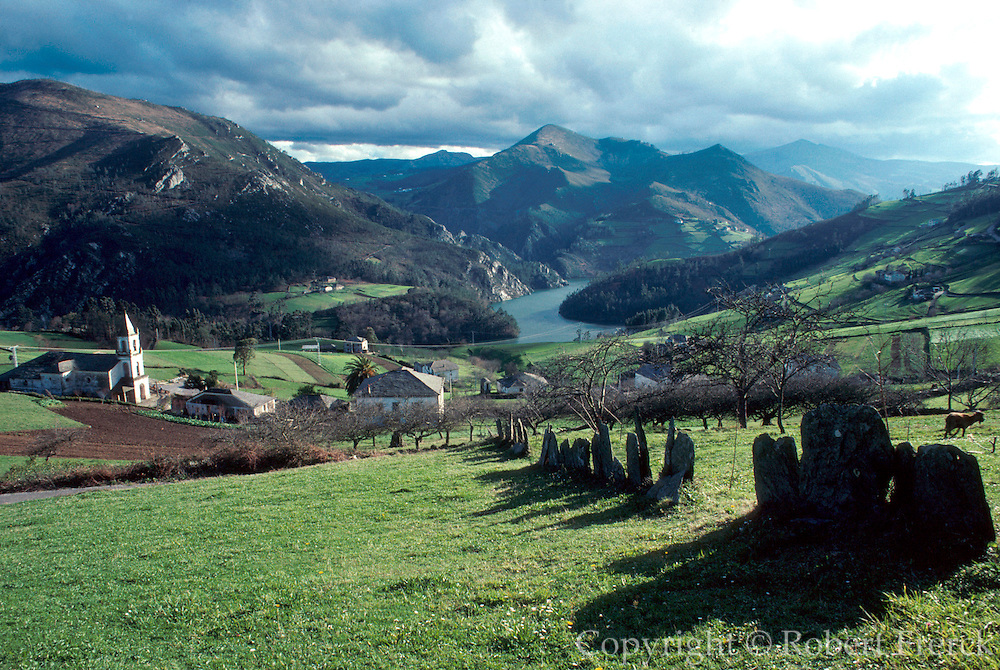 SPAIN, GALICIA, NORTH COAST The Navia River Valley; Serandina village between Lugo and the North Coast, in the greenest area of Spain
