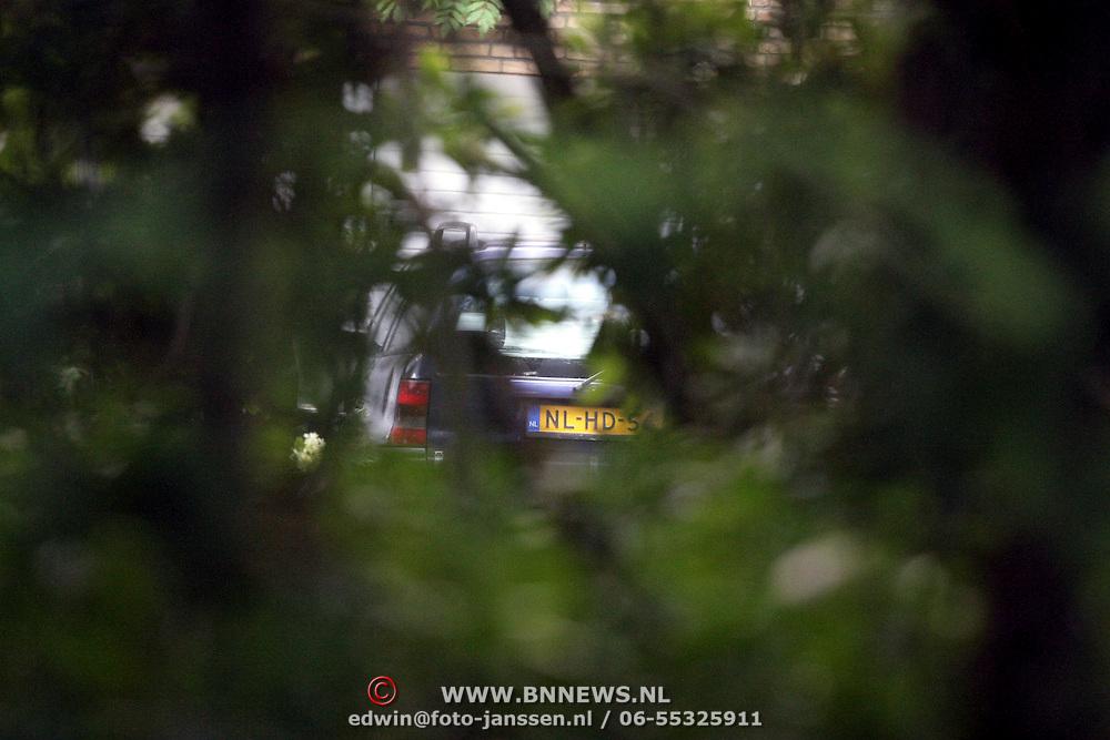 NLD/Blaricum/20080910 - Rene Froger in zijn bijstands auto in Blaricum en bij zijn huis