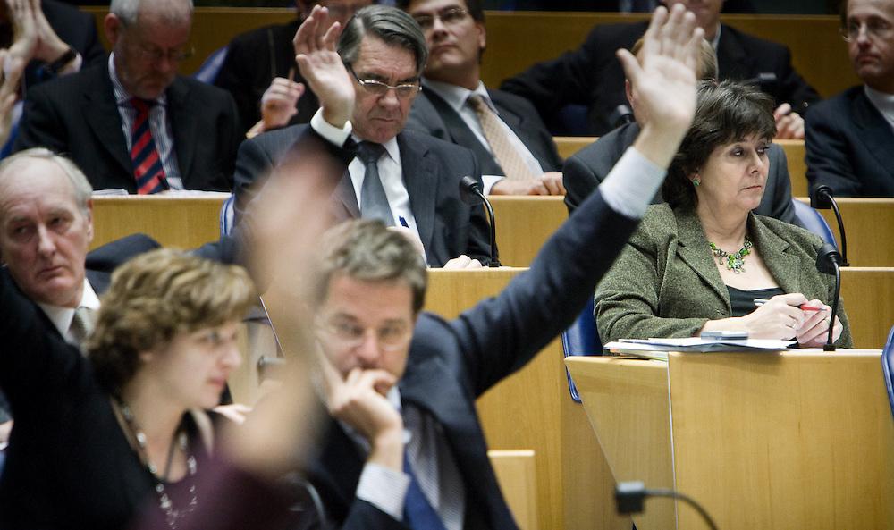 Nederland. Den Haag, 16 oktober 2007. <br /> Oud VVD fractielid Rita Verdonk heeft gisteravond bekend gemaakt haar partijlidmaatschap op te zeggen. In een gesprek met het partijbestuur van de VVD werd ze voor de keus gesteld of haar zetel of haar lidmaatschap van de VVD opgeven. Ze koos voor het laatste en gaat als partijloos kamerlid verder. Stemmingen na het vragenuurtje, Verdonk op haar nieuwe plaats in de vergaderzaal.<br /> Foto Martijn Beekman <br /> NIET VOOR TROUW, AD, TELEGRAAF, NRC EN HET PAROOL