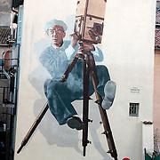 Cannes, Francia. Mural gigantesco de Buster Keaton, en el barrio viejo, cerca del Palace de Cinema<br /> Keaton, fue un director americano, conocido por su impresionate habilidad para hacer reir.<br /> <br /> Un poeta visual, fue el primero en aprovechar las posibilidades de la camara y el  montaje de los objetos<br /> Cannes, France<br /> Gigaantic mural of Buster Keaton, American film director in the old town near to the Palace de Cinema.<br /> <br /> 29 boulevard Victor Tuby<br /> (angle 9 rue des Frères)<br /> <br /> Buster Keaton, the stone-faced comic, impassively shoots The Cameraman.<br /> <br /> The first genius of visual gags he was poetry in motion, transforming the most commonplace objects into sources of hilarity