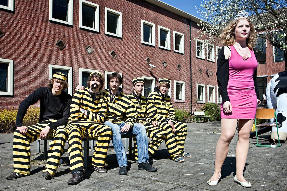 """Groningen , Augustinus college 20100423. laatste schooldag. Geboefte en """"beauty queen""""  . Thema: Stereotypen. foto: Pepijn van den Broeke."""