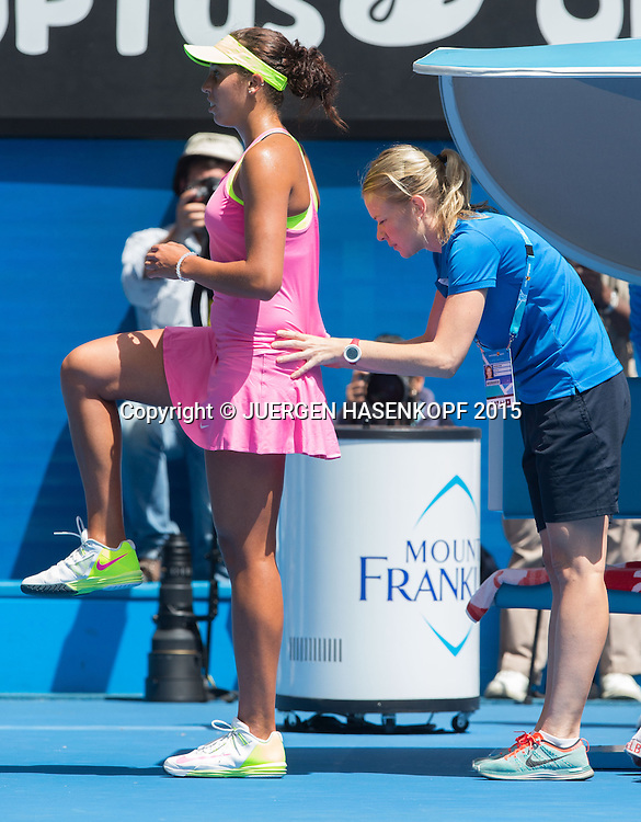 Madison Keys (USA) wird von Physiotherapeut behandelt,Verletzung,<br /> Tennis - Australian Open 2015 - Grand Slam ATP / WTA -  Melbourne Olympic Park - Melbourne - Victoria - Australia  - 28 January 2015.