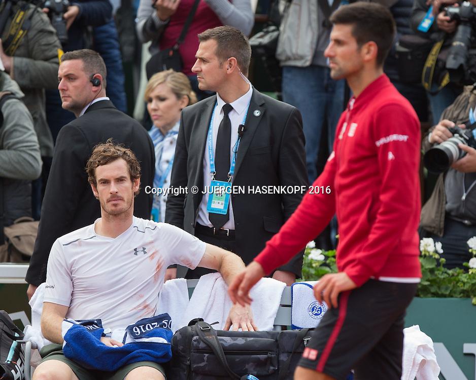 Andy Murray (GBR) sitzt enntaeuscht auf der Bank,Emotion, Novak Djokovic geht vorbei,Siegerehrung,Praesentation,Herren Finale, Endspiel,<br /> <br /> Tennis - French Open 2016 - Grand Slam ITF / ATP / WTA -  Roland Garros - Paris -  - France  - 5 June 2016.