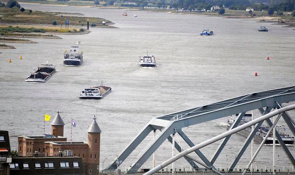 Nederland, Nijmegen, 22-8-2012Gezicht op de scheepvaart op de rivier de Waal. Spoorbrug met trein van de ns, n.s.., spoorwegen. Foto: Flip Franssen