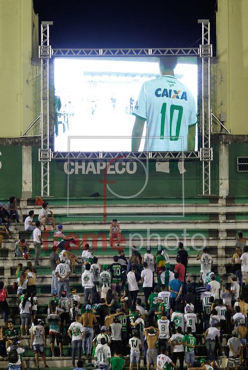 Torcedores Fazem Vigilia e oração no Estadio do  Chapecoense na Arena Conda (SC) na tarde desta terça feira 29 Foto Marcelo D. Sants/FramePhoto.