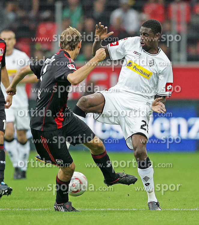 29.08.2010,  BayArena, Leverkusen, GER, 1. FBL, Bayer Leverkusen vs Borussia Moenchengladbach, 2. Spieltag, im Bild: Stefan Reinartz (Leverkusen #3) / Mo Idrissou (Moenchengladbach #25)  EXPA Pictures © 2010, PhotoCredit: EXPA/ nph/  Mueller+++++ ATTENTION - OUT OF GER +++++ / SPORTIDA PHOTO AGENCY