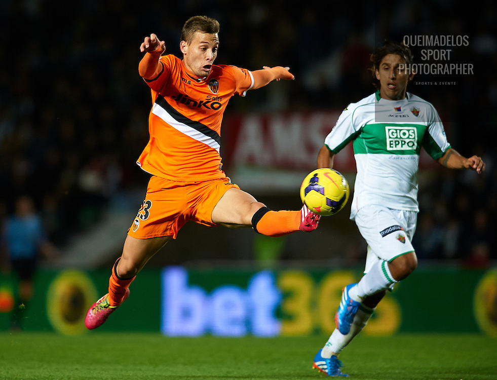 ELCHE, SPAIN - NOVEMBER 24:  Sergio Canales of Valencia controls the ball next to Damian Suarez (R) of Elche during the La Liga match between Elche FC and Valencia CF at Manuel Martinez Valero on November 24, 2013 in Valencia, Spain.  (Photo by Manuel Queimadelos Alonso/Getty Images)