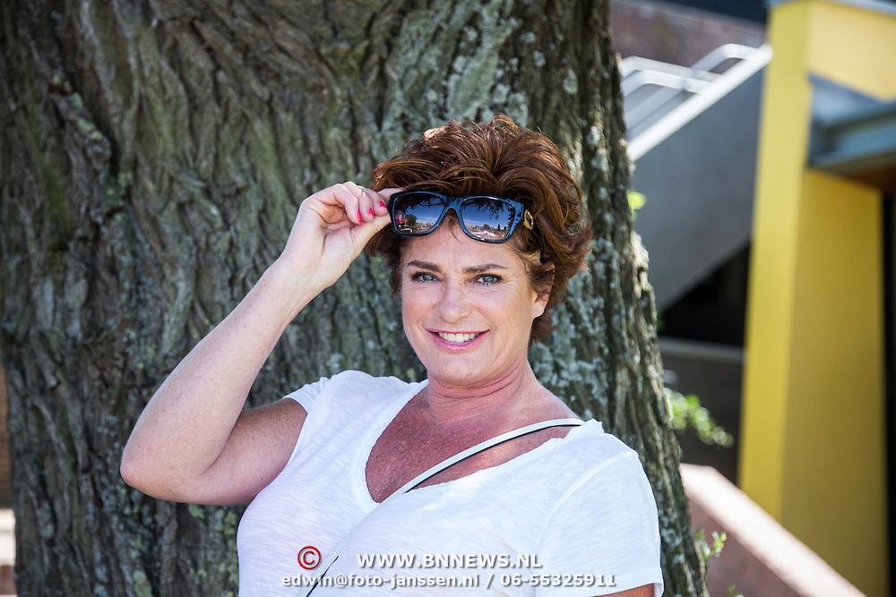 NLD/Amsterdam/20140613 - Leco van Zadelhoff organiseert samen met Beau Monde Beau Bateau een vaartocht met vriendinnen, Yvonne Brandsteder - Baggen