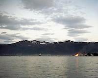 Et stort antall b&aring;ter ligger p&aring; Borgundfjroden for &aring; se Slinningsb&aring;let brenne i &Aring;lesund.<br /> Foto: Svein Ove Ekornesv&aring;g