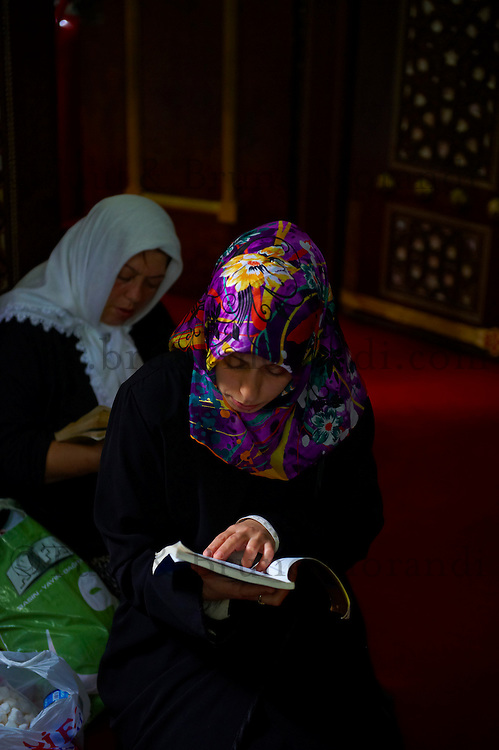Turquie, Istanbul, femmes lisant le coran au pied du mausolée d'Eyüp // Turkey, Istanbul, Eyup neighbourhood, woman reading coran in Eyup mausoleum