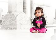 Kleines Mädchen im  Yantra Mandir Palast in Jaipur. Bestimmt stellt sie sich gerade vor, wie es gewesen wäre, wenn sie als Prinzessin hier gesessen hätte vor vielen Jahren, und das Volk zur Audienz kommen würde.