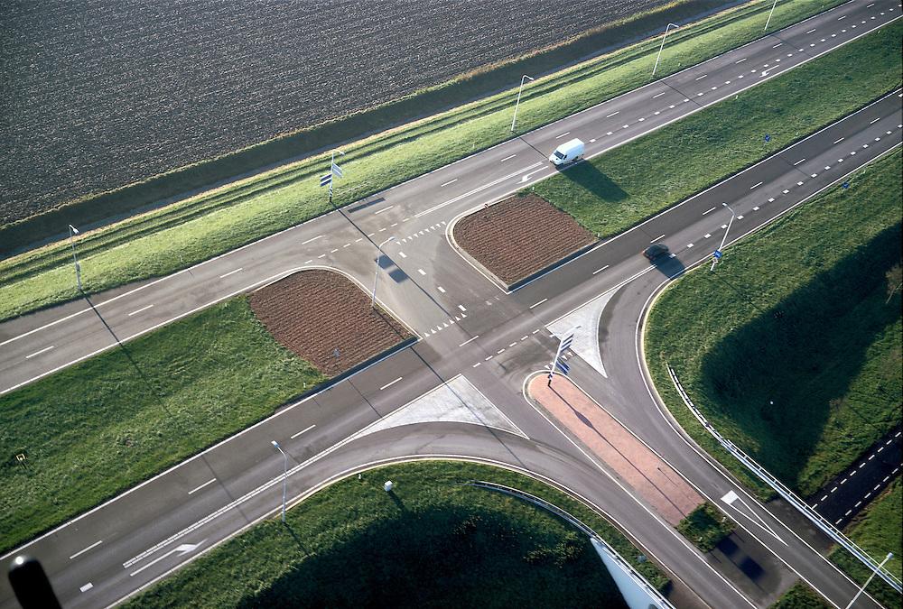 Nederland, Zeeland, Noord-Beveland, 15/11/2001;  gescheiden rijbanen op provinciale weg met voorsorteervakken wegwijzers kruispunt t-splitsing.<br /> luchtfoto (toeslag), aerial photo (additional fee)<br /> photo/foto Siebe Swart