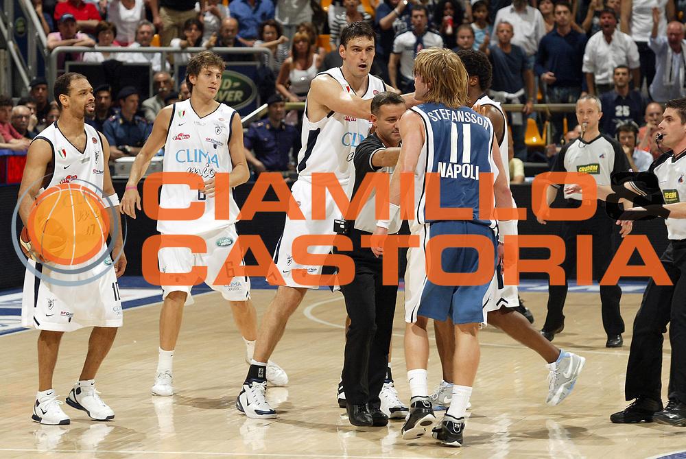 DESCRIZIONE : Bologna Lega A1 2005-06 Play Off Semifinale Gara 5 Climamio Fortitudo Bologna Carpisa Napoli <br /> GIOCATORE : Bagaric Stefansson Arbitri Rissa Team Fortitudo Bologna <br /> SQUADRA : Climamio Fortitudo Bologna <br /> EVENTO : Campionato Lega A1 2005-2006 Play Off Semifinale Gara 5 <br /> GARA : Climamio Fortitudo Bologna Carpisa Napoli <br /> DATA : 11/06/2006 <br /> CATEGORIA :  <br /> SPORT : Pallacanestro <br /> AUTORE : Agenzia Ciamillo-Castoria/E.Pozzo<br /> Galleria : Lega Basket A1 2005-2006 <br /> Fotonotizia : Bologna Campionato Italiano Lega A1 2005-2006 Play Off Semifinale Gara 5 Climamio Fortitudo Bologna Carpisa Napoli <br /> Predefinita :