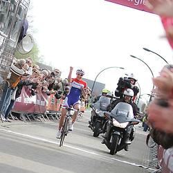 Groningen-Eelde Airport wielrennen, De derde etappe van de Energiewachttour 2014 werd verreden rond Uithuizen. Lucinda Brand komt solo aan en pakt de leiderstrui