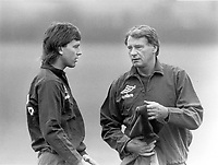 Fotball<br /> England <br /> Foto: Colorsport/Digitalsport<br /> NORWAY ONLY<br /> <br /> Bobby Robson - England. Manager (1982-90), discusses strategy with Captain Bryan Robson