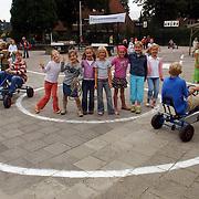 NLD/Huizen/20050914 - Verkeerscircuit getekend op het schoolplein van de Flevoschool Huizen, skelter, kinderen
