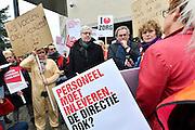 Nederland, Apeldoorn, 9-1-2015Mederwerkers van thuiszorgorganisatie Verian protesteren tegen het voornemen hun salaris te korten, verlagen. Samen met FNV en SP bieden ze het bestuur olv Klaas Stoter een petitie aan om van het voornemen af te zien. Velen voelen zich onder druk gezet op straffe van ontslag. Hij kwam buiten om de thuiszorgers te woord te staan.FOTO: FLIP FRANSSEN/ HOLLANDSE HOOGTE