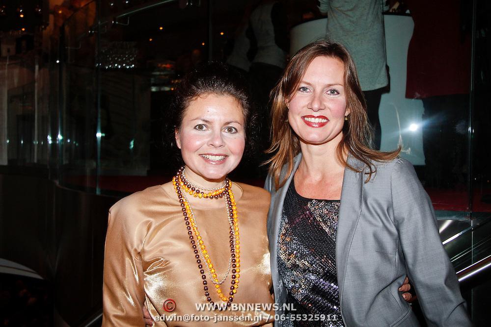 NLD/Amsterdam/20111121 - Premiere toneelvoorstelling Zangeres zonder Naam, Maaike Widdershoven en vriendin