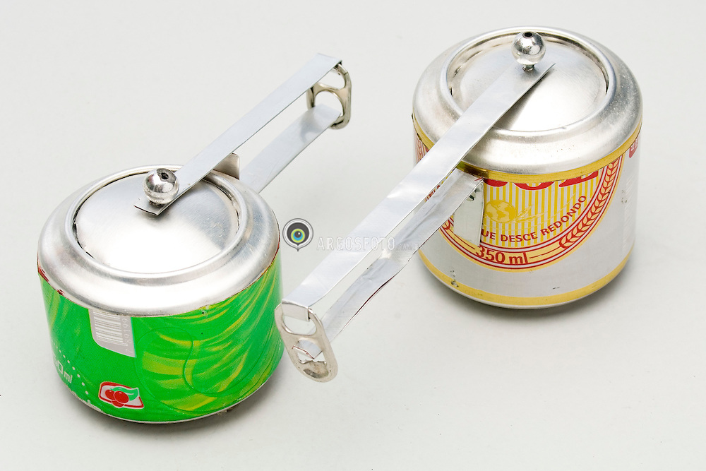 Panelas de brinquedo feitas com latas de aluminio reclicladas / Toy pans made of aluminuim recycled cans