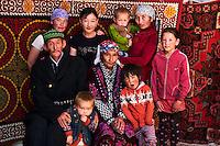 Mongolie, province de Bayan-Ulgii, région de l'ouest, campement nomade des Kazakh, famille Kazakh à l'intérieur de leur yourte // Mongolia, Bayan-Ulgii province, western Mongolia, nomad camp of Kazakh people in the steppe, Kazakh family inside their yurt