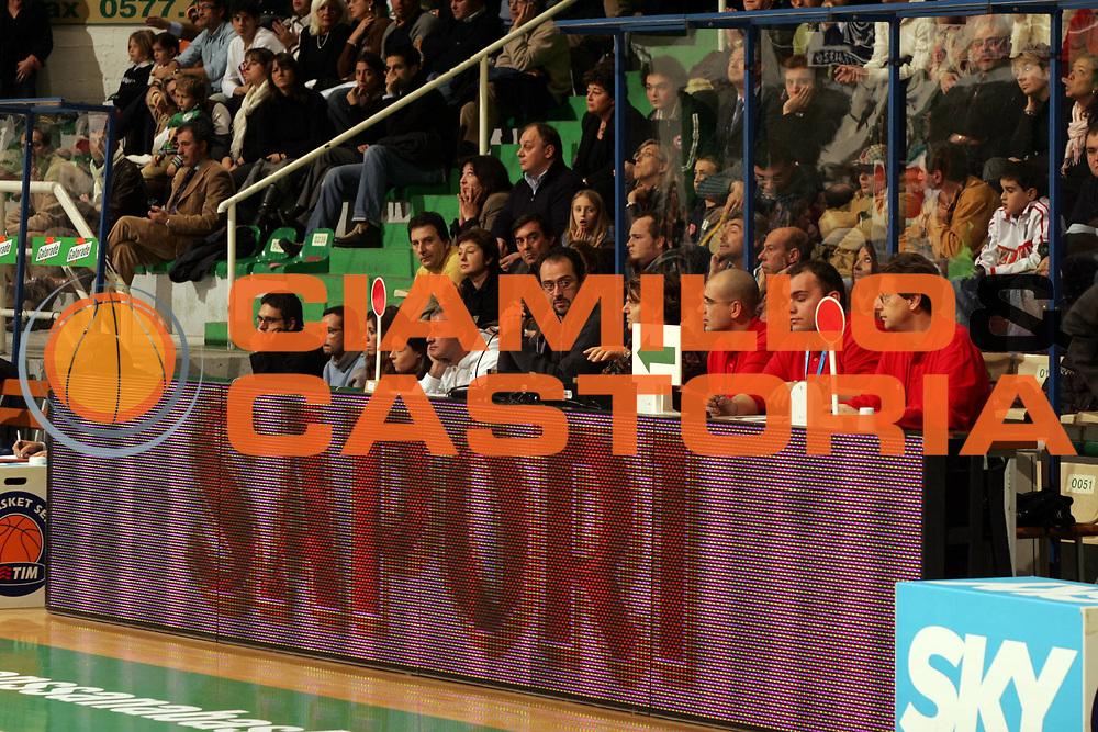 DESCRIZIONE : Siena Lega A1 2005-06 Montepaschi Siena Carpisa Napoli <br />GIOCATORE : Tavolo dei Giudici<br />SQUADRA : <br />EVENTO : Campionato Lega A1 2005-2006 <br />GARA : Montepaschi Siena Carpisa Napoli <br />DATA : 27/11/2005 <br />CATEGORIA : <br />SPORT : Pallacanestro <br />AUTORE : Agenzia Ciamillo-Castoria/P.Lazzeroni