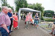 Een wethouder van Delft geeft het startsein van de test. In Delft test het Human Power Team de VeloX 6, de nieuwe aerodynamische fiets, op de een speciaal voor hun afgezette weg. Jan Bos rijdt uiteindelijk 59 km/h. In september wil het Human Power Team Delft en Amsterdam, dat bestaat uit studenten van de TU Delft en de VU Amsterdam, tijdens de World Human Powered Speed Challenge in Nevada een poging doen het wereldrecord snelfietsen te verbreken. Het record is met 139,45 km/h sinds 2015 in handen van de Canadees Todd Reichert.<br /> <br /> With the special recumbent bike the Human Power Team Delft and Amsterdam, consisting of students of the TU Delft and the VU Amsterdam, also wants to set a new world record cycling in September at the World Human Powered Speed Challenge in Nevada. The current speed record is 139,45 km/h, set in 2015 by Todd Reichert.