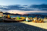Bar e restaurante com mesas na areia na Praia da Armação ao anoitecer. Florianópolis, Santa Catarina, Brasil. / Bar and restaurant with tables on the sand at Armacao Beach at evening. Florianopolis, Santa Catarina, Brazil.