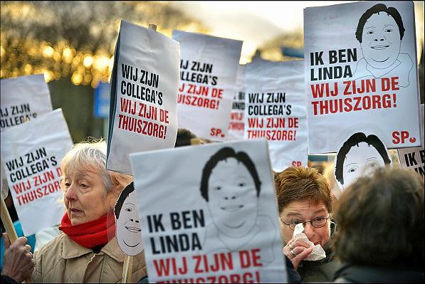 Nederland, Nijmegen, 14-1-2015Medewerkers van thuiszorgorganisatie Verian protesteren samen met SP en FNV tegen het voornemen hun salaris met 25% te korten, verlagen. Vandaag beginnen de gesprekken met individuele medewerkers hierover. De actievoerders wilden het gebouw in om de gesprekken kracht bij te zetten en solidariteit te tonen maar dat mocht niet.Het bestuur olv Klaas Stoter kwam even naar buiten om aan te geven dat een voor een de afspraken afgehandeld zouden worden. Velen voelen zich onder druk gezet op straffe van ontslag.Linda is de medewerkster die vandaag de eerste was om over haar 20-25% salarisvermindering ingelicht te wordenFOTO: FLIP FRANSSEN/ HOLLANDSE HOOGTE